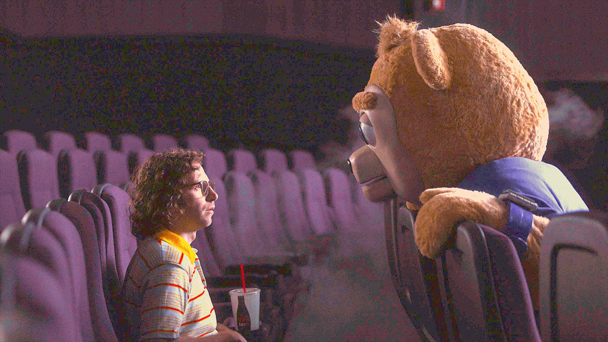 『ブリグズビー・ベア』冒頭15分に驚きがいっぱい!? スピルバーグを魅了したコメディ界の異才が送る、着ぐるみクマさんの奇妙な大冒険